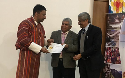 Prof. Ramesh Sharma, Professor and Head Plastic Surgery at PGIMER, Chandigarh and Prof. Ravi Kant, ex-Vice Chancellor, King George Medical University presenting the Memento to Dr. SM Balaji