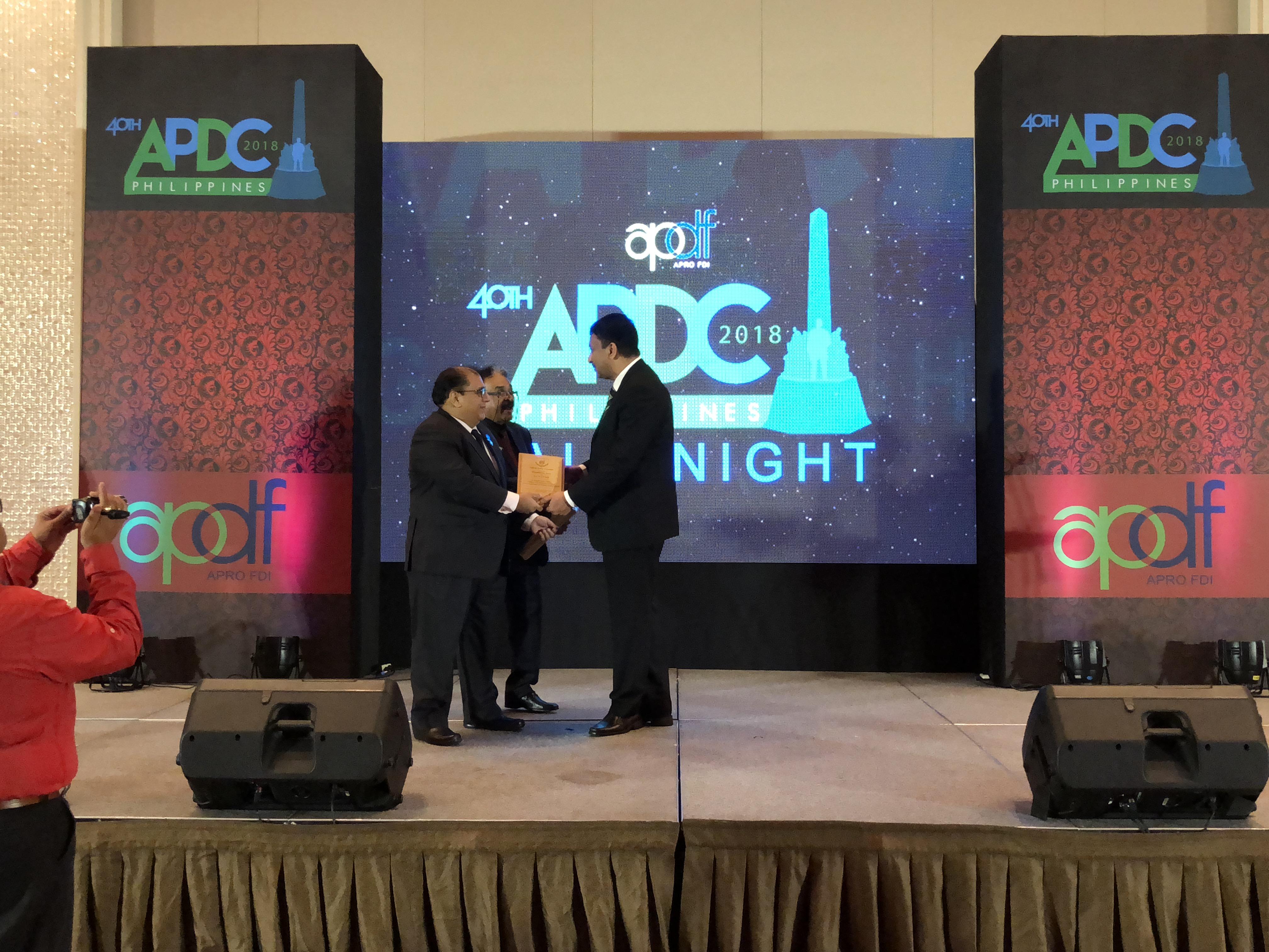 – Dr Mahmood Shah and Dr Nasir Ali Khan presenting the Humanitarian Award to Prof SM Balaji.