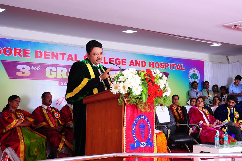 Prof SM Balaji addresses the students motivating them towards attaining higher ideals