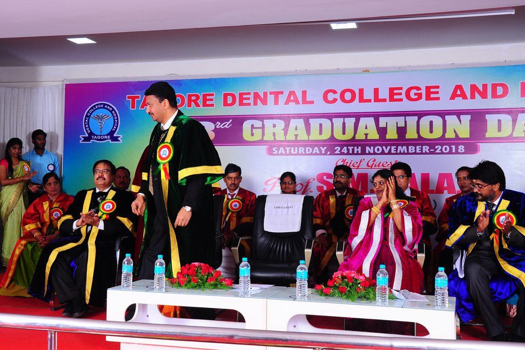 Prof SM Balaji addresses the students motivating them towards attaining higher ideals